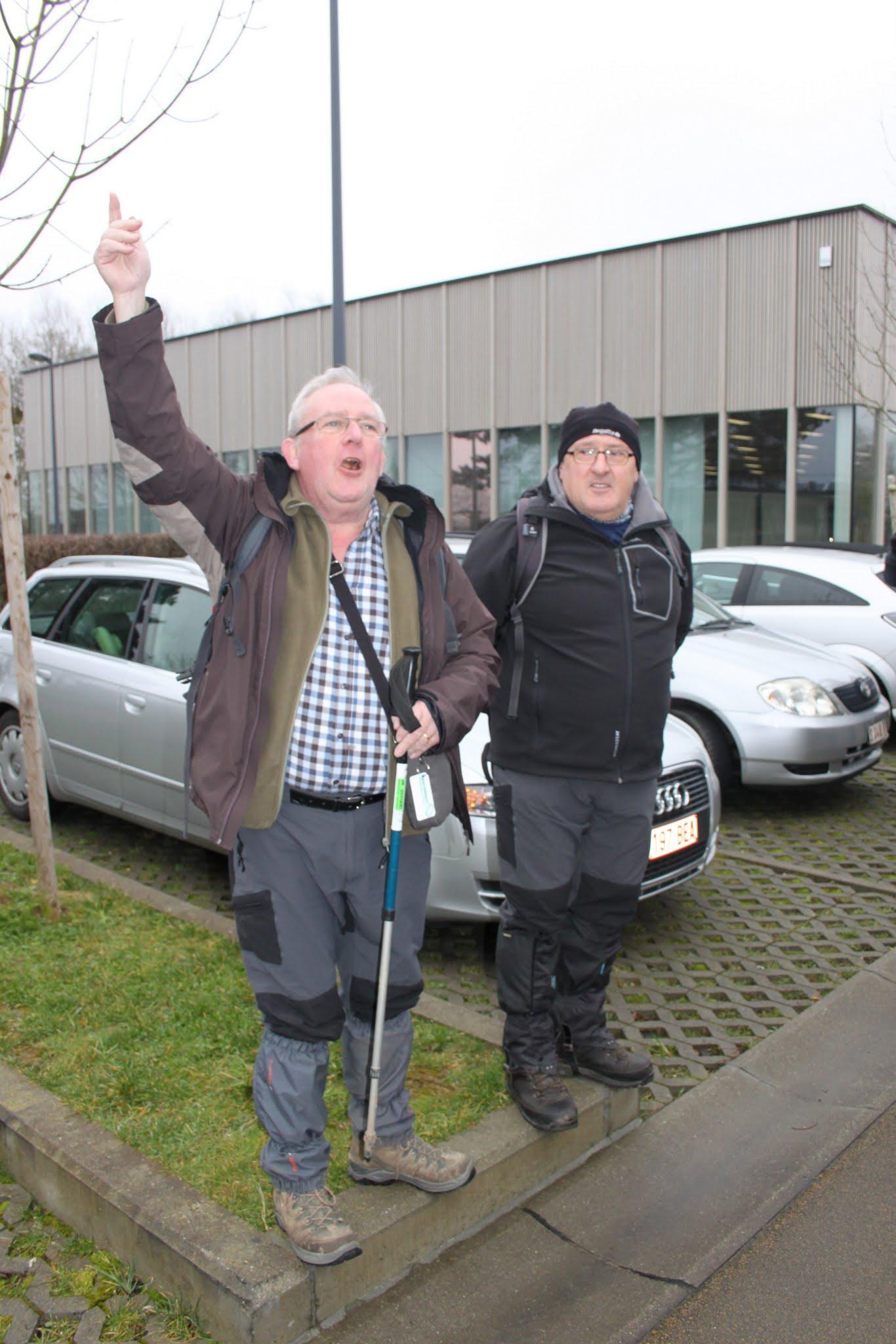 Photo: Roland stelt Dirk Maras voor als tochtbegeleider van deze wandeling