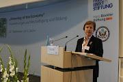 Photo: Die Vorsitzende der Friedrich-Ebert-Stiftung eröffnet die Konferenz.