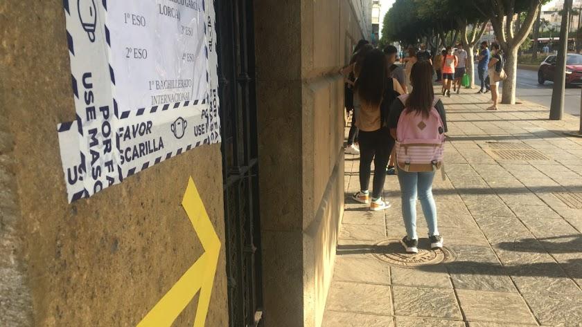 Cola de alumnos de Secundaria, que esta mañana iniciaban el curso, a las puertas del IES Celia Viñas de Almería.