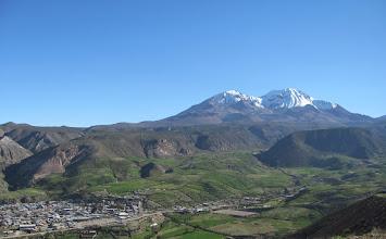 Photo: Putre in ca. 3500  m, im Hintergrund cerro der Terepaca  (5670 m bzw. 5775 m)