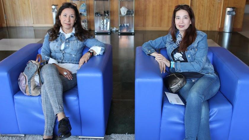 Dos mujeres de origen latinoamericano esperan para acceder al casting.