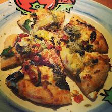 Photo: Una deliciosa pizza mediterránea con alcachofas, champiñones, espinaca y pesto