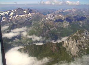 Photo: Vision aérienne à l'Est de Gavarnie sur la vallée du gave d'Ossoue dominée au premier plan à droite par le Soum Blanc de Secugnat 2577m. A gauche on reconnait le Taillon 3144m et les deux pics des Gabietous.