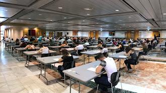 Alumnos durante un examen de idiomas en Granada.