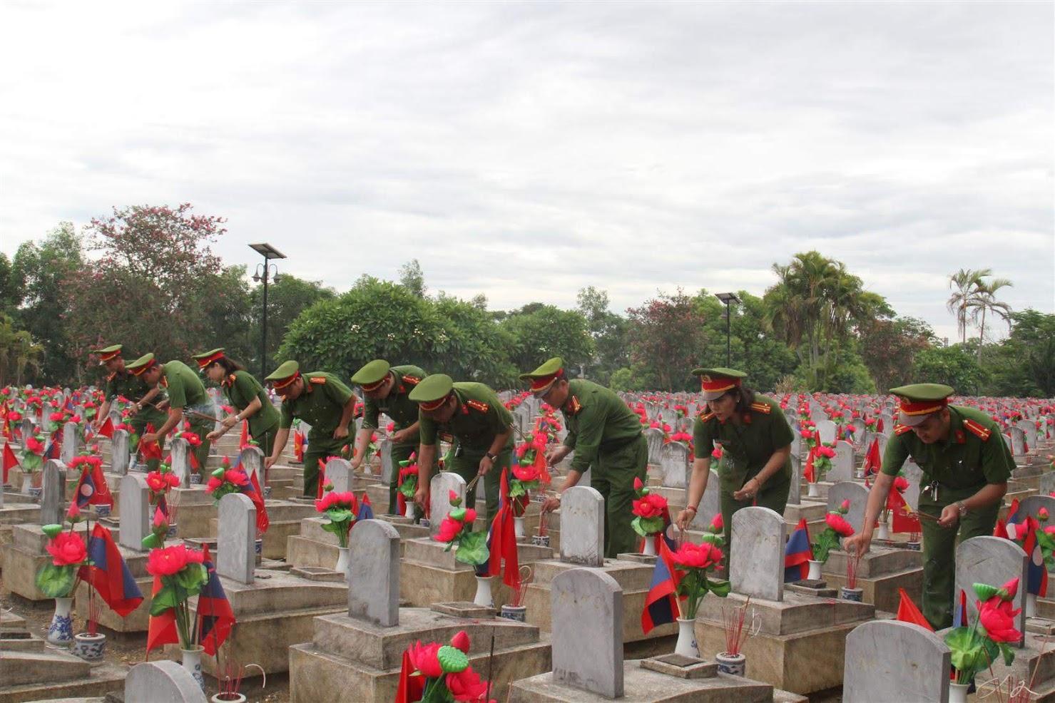 CBCS thắp hương tại Nghĩa trang liệt sỹ Quốc tế Việt – Lào