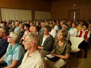 Photo: Der vollbesetzte Gemeindesaal in Zunzgen