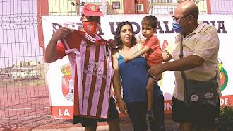 Luis Sánchez entregando la camiseta a Manolillo y la familia.