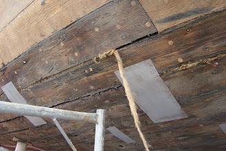 Photo: Voordat de coating aangebracht wordt, moet er nog zoveel mogelijk worden gebreeuwd. Hierdoor wordt er weer stijfheid in het schip gebracht, waardoor wellicht een tochtje op zee weer mogelijk wordt.