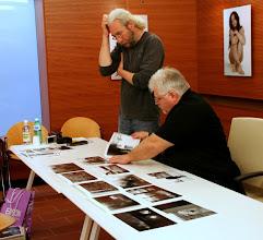 Photo: Tullio FRAGIACOMO legge il portfolio di Francesco COMELLO
