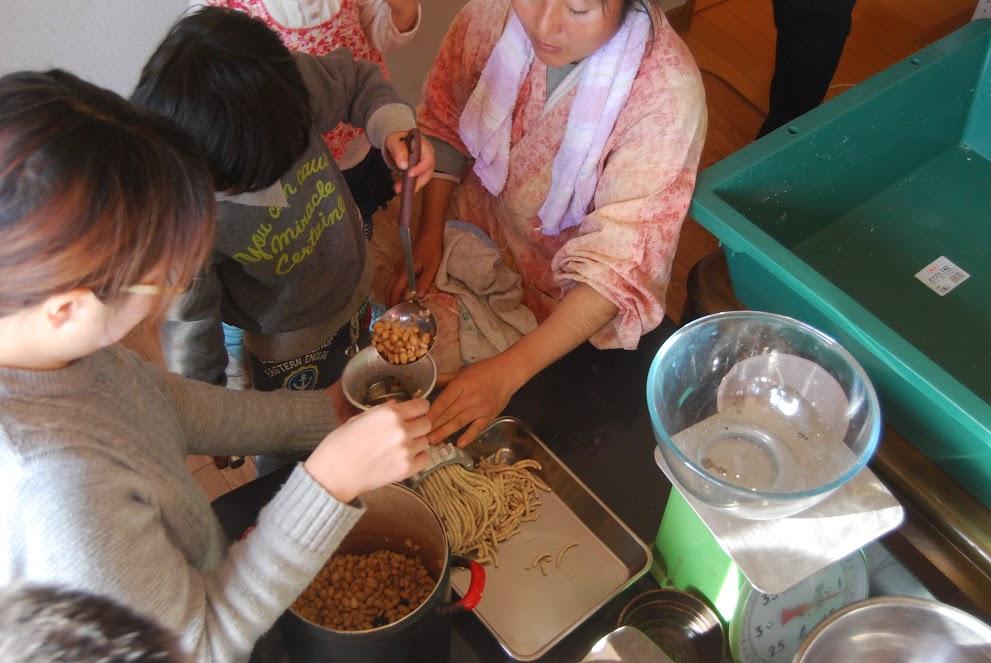 ミートミンサーで大豆を潰します。