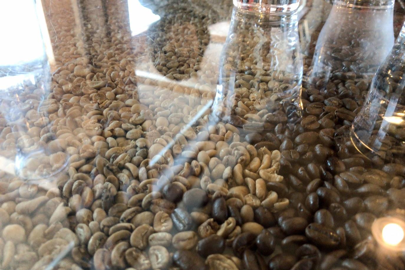 テーブルトップのガラスの中には、敷き詰められたコーヒー豆
