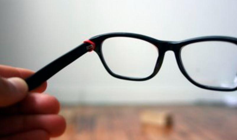 גומיות שמחזיקות את מסגרת המשקפיים לאחר תיקון.