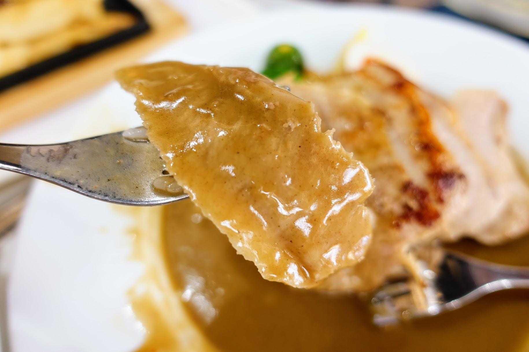 這一盤是飯,松板肉很Q,底下的醬汁則是綠咖哩醬