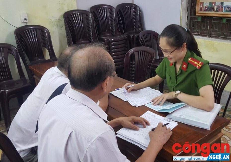 Công an phường Lê Mao hướng dẫn người dân làm thủ tục hành chính