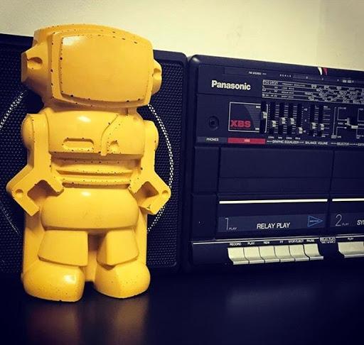 robot jaune en béton comme objet déco en béton tendance