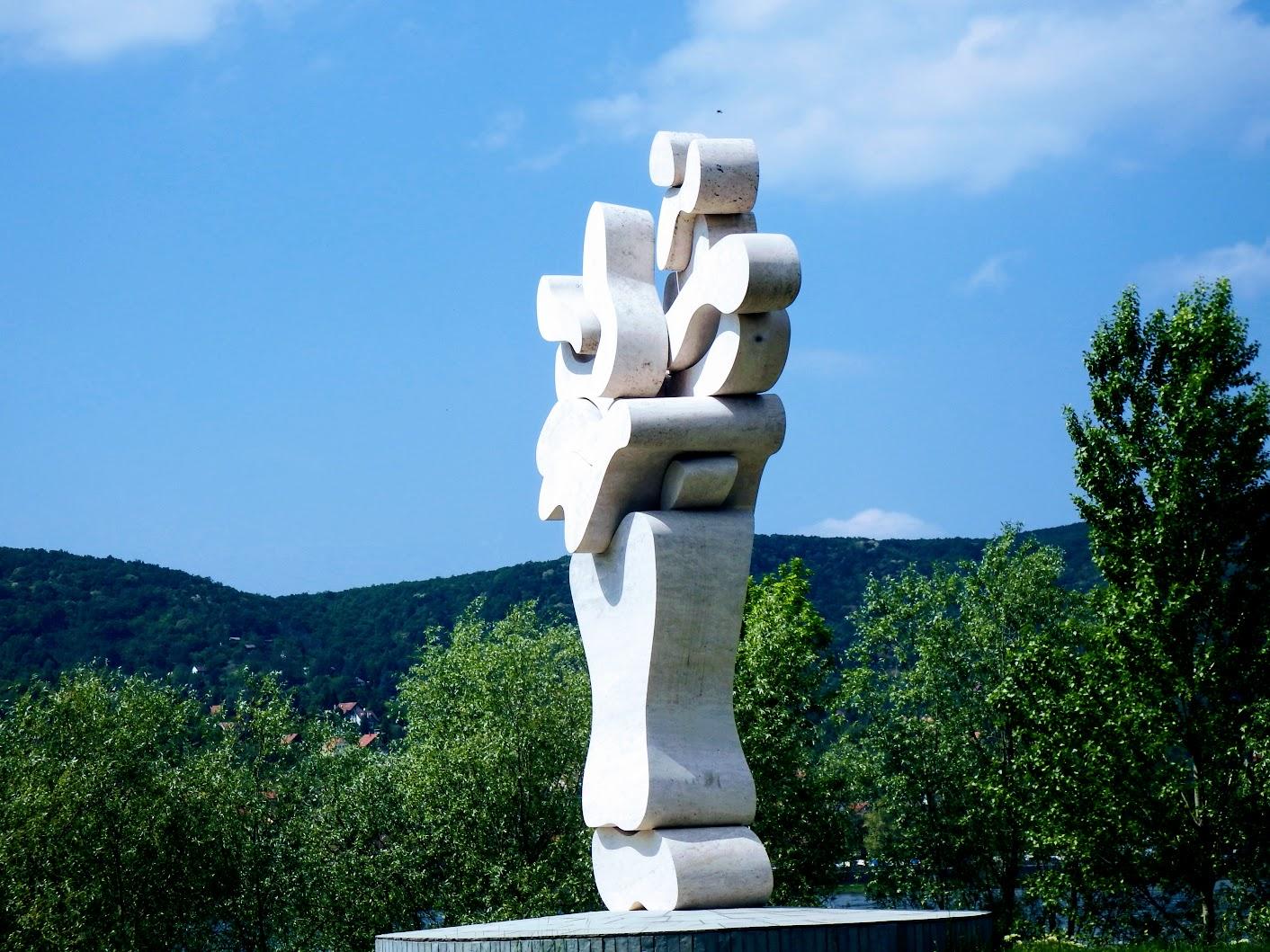 Visegrád - Életfa (Milleniumi emlékmű) a Duna-parton