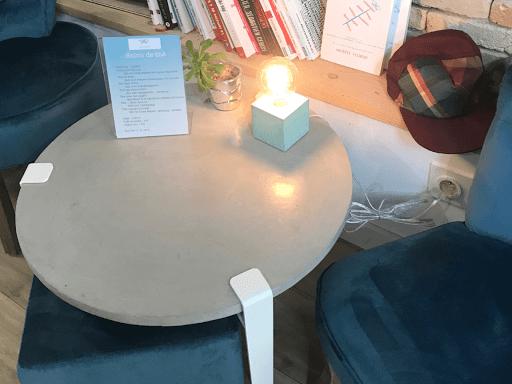 table sur-mesure réalisée en béton ciré pour le salon de thé Julise à Lyon