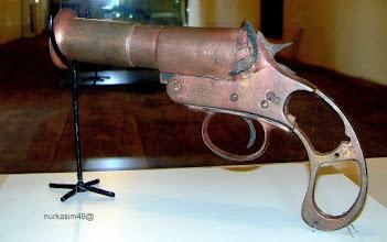 Photo: Senjata jenis pistol yang digunakan tentara VOC pada abad 17. Koleksi Museum La Galigo, Makassar. http://nurkasim49.blogspot.com/