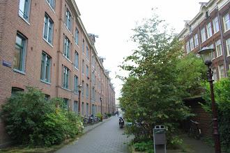 Photo: De Houtmanstraat met links het 'Planciusblok' en rechts de later gebouwde burgermanswoningen die uitkijken over het Westerkanaal.