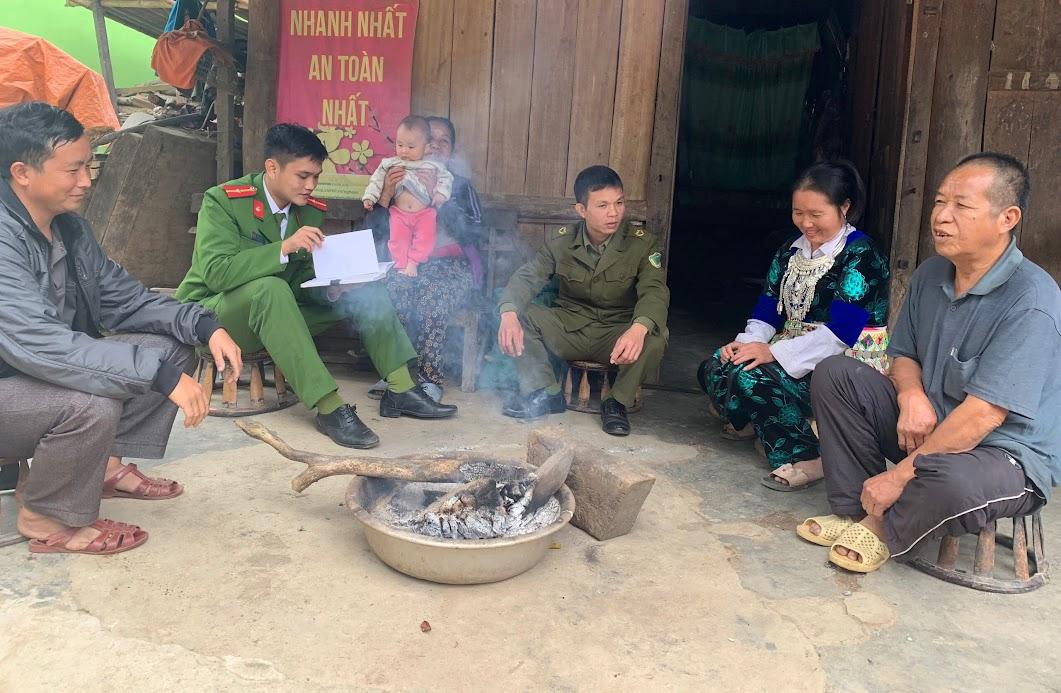 Cán bộ công an huyện Tương Dương tuyên truyền nhân dân chấp hành nghiêm pháp luật