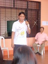 Photo: Pastori Sonio taustalla valvomassa vaaleja.