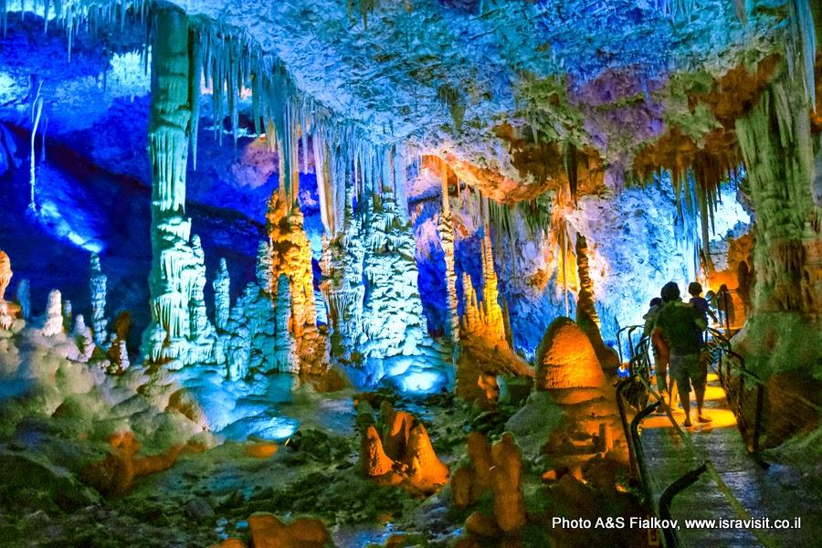 Экскурсия в сталактитовой пещере Сорек, Израиль.
