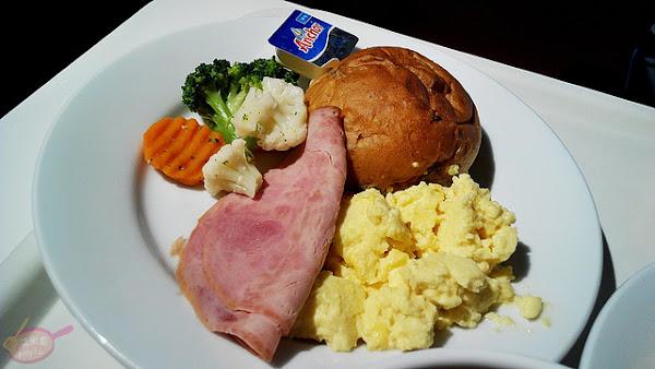 IKEA早餐(台中店)。早餐定食包含助消化香蕉,竟然50元有找。台中高CP值銅板早餐