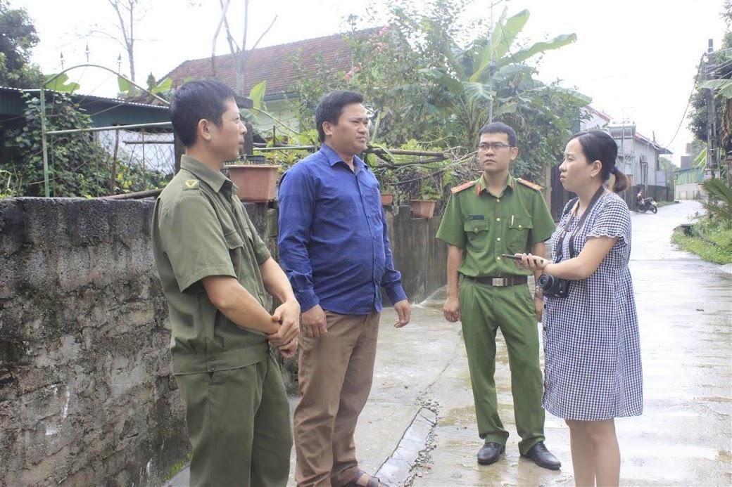 Ban Công an xã Thanh Đồng trao đổi với người dân trong xã  về việc vận động bà con lắp camera ở nhà dân tại các địa điểm trọng yếu