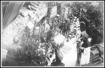 Photo: Moment umieszczenia kamienia węgielnego w fundamentach nowo budowanego kościoła parafialnego pod wezwaniem Św. Trójcy w Rudniku, rok 1927