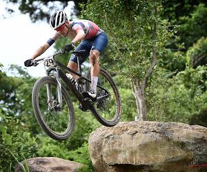 Pidcock maakt het waar op de mountainbike en is op zijn 21ste olympisch kampioen, Van der Poel uitgeteld door valpartij