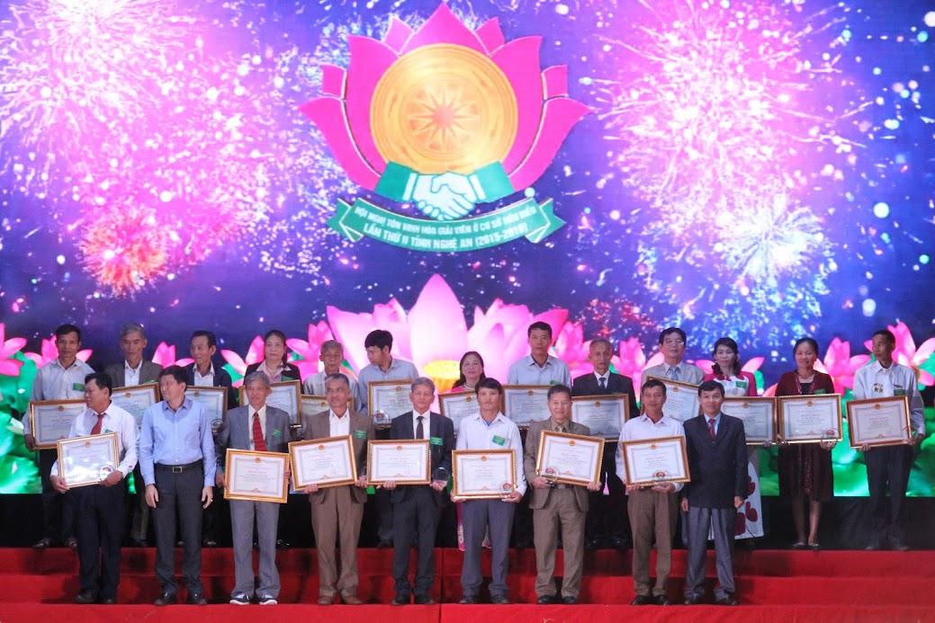Tặng Bằng khen của Chủ tịch UBND tỉnh cho 21 hòa giải viên tiêu biểu