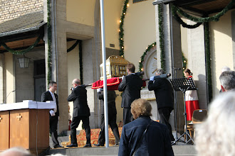 Photo: Fejring af Hildegard - Helgenskrinet bæres ud