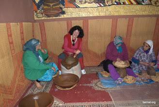 Photo: Lucía moliendo las semillas de argan