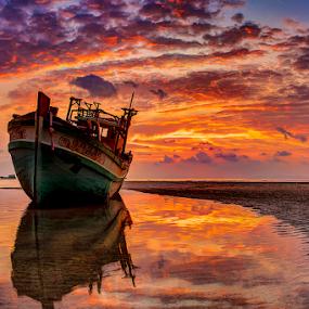 Stranded by Richard ten Brinke - Transportation Boats