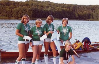Photo: 1977 Odense Roklub. Vindere af skolekaproningen på Bagsværd Sø Bente Hansen, Kirsten Sørensen, Magrethe Andersen, Birgit Grundsø. Styrmand Jette Sørensen