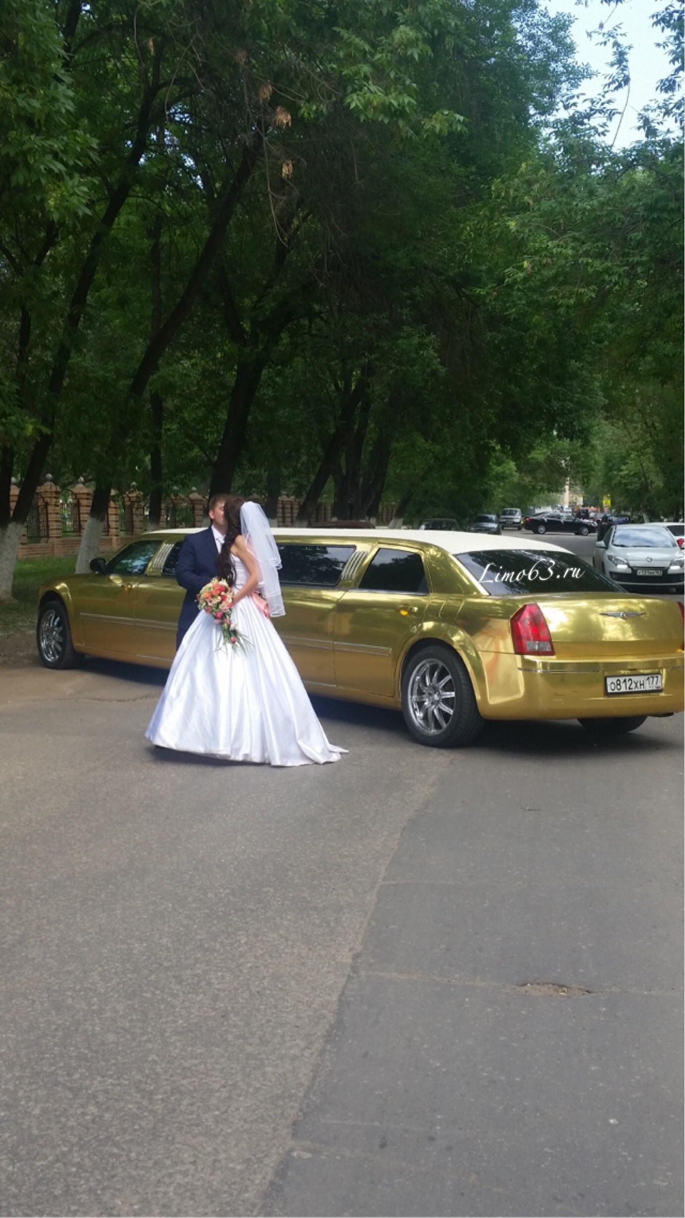 Золотой лимузин Chrysler 300C в Самаре