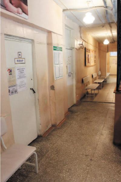 Узкие коридоры и обшарпанные  стены детской поликлиники