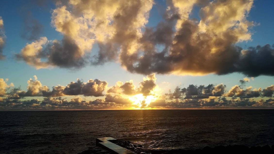 Prachtige zonsondergang met wolken..