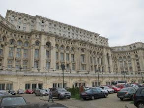 Photo: Rou3S120-151001Bucarest, Parlement, parking VL, façade, Palais 240x270m, sur 6 ha IMG_8615