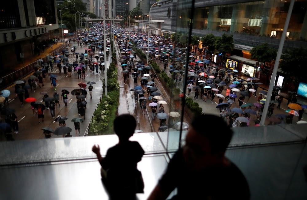 Betogers in Hong Kong marsjeer na 'n chaos met 'vreedsame' geloofsbriewe