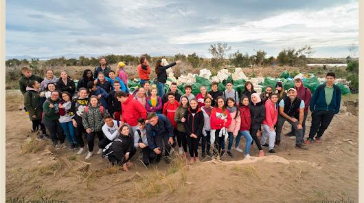 Alumnos del IES Campos de Nijar limpian la desembocadura de la Rambla Morales