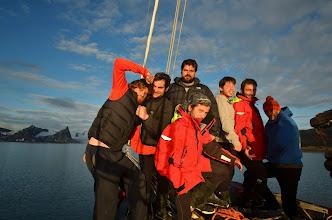 Photo: Photo de groupe, il est bientôt 11h.. quelque heures avant nous étions sous le mauvais temps, cela se dégage, nous laissant une vue imprenable sur tout le fjord