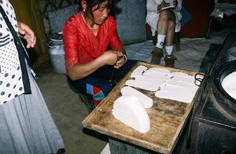 Photo: 03160 ブルド/ハスバータルイ家/乳製品作り/ビャスラグつくり/羊・山羊乳/糸を使って薄く切り、乾かす。