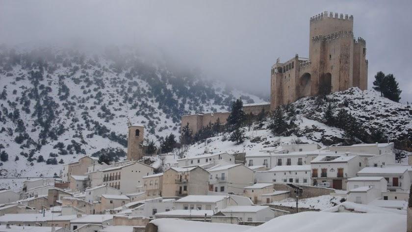 Imagen de Vélez Blanco, con su inconfundible castillo y el puelo nevados.