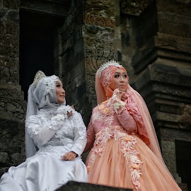 Battle of Beauty at Kidal Temple by Mardi Tri Junaedi - People Fashion ( #competition, #bride, #duet, #temple, #beautifull, #hijab )