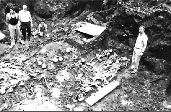 Эксгумация жертв НКВД 1941 г. на дворе тюрьмы № 2 (Замарстиновской), г. Львов. 1991 г.