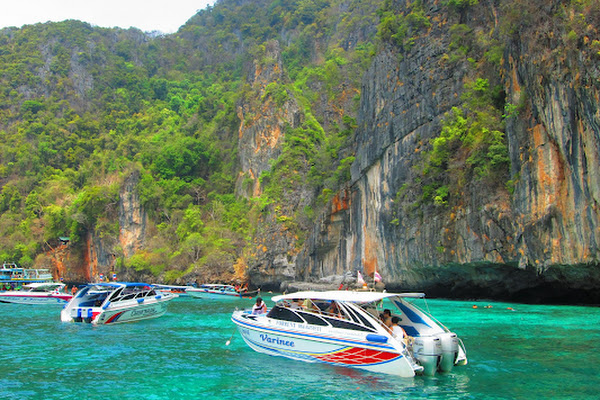 Cruise by speed boat through Phi Leh Bay