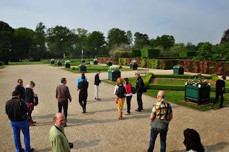 Photo: Het verzamelde gezelschap zet zich in beweging naar de culinaire tuinen