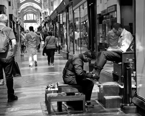 shoeshine in the street di Alessandra Botticelli