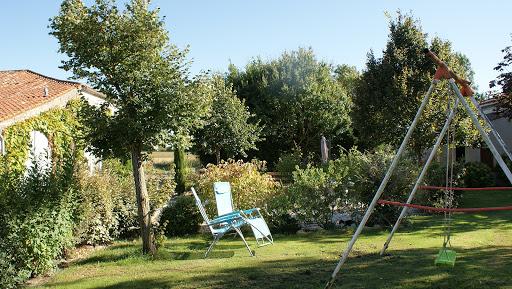 Gite Le Nid à Surgères en Aunis Marais poitevin près de La Rochelle transats confortables au jardin pour lire en toute quiétude